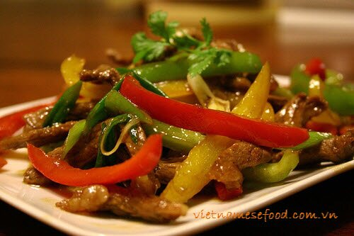 stir-fried-tender-beef-with-capsicum-bo-xao-ot-xanh