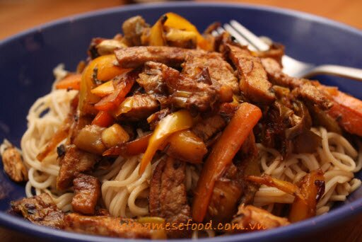 stir-fried-noodles-with-sliced-pork-mi-xao-thit-heo-lat