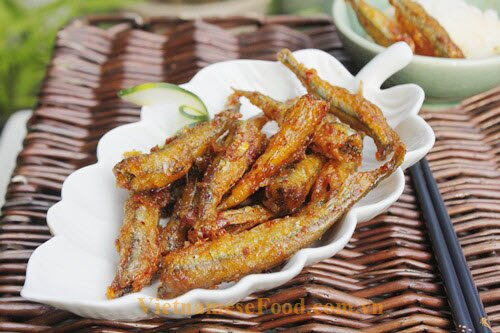 Fried Anchovy With Garlic and Chilli Recipe (Ca Com Chien Toi Ot)