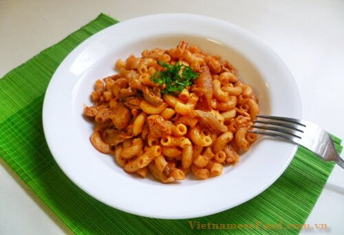 chicken-with-pasta-in-tomato-sauce-recipe-nui-ga-sot-ca-chua