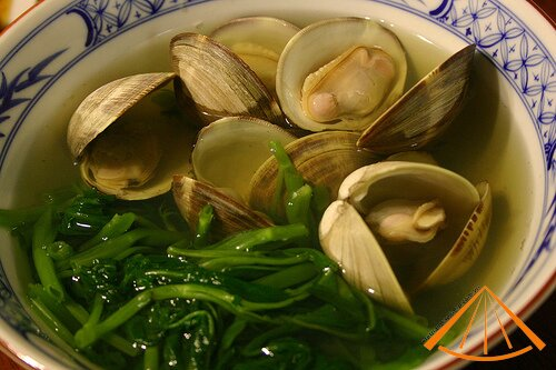 vietnamesefood.com.vn/vietnamese-spinach-soup-with-basil-clams